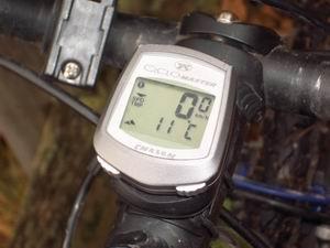 Der perfekte Fahrradcomputer weiß sogar, wie warm oder kalt es ist. Muss er auch, um aus Luftdruck und Temperatur die Höhe zu berechnen. Richtig eingestellt ist diese dann metergenau abzulesen und gibt daheim am PC schöne Höhenprofile.