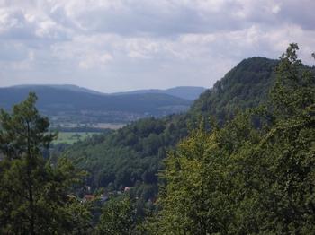 Die Hangneigung dieser bewaldeten Geißkirche lässt erahnen, dass solides Bremswerk beim Downhill unerlässlich ist.