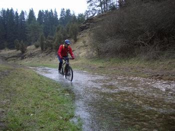 Spuckt der Tummler, wird der Biker zur Abwechslung mal von unten nass. Im Sommer passiert das allerdings nur selten.