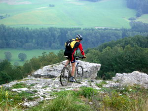 Gut von der Stadt zu erreichen: die ersten Vorposten der Fränkischen Schweiz. Rechtzeitig  bremsen!